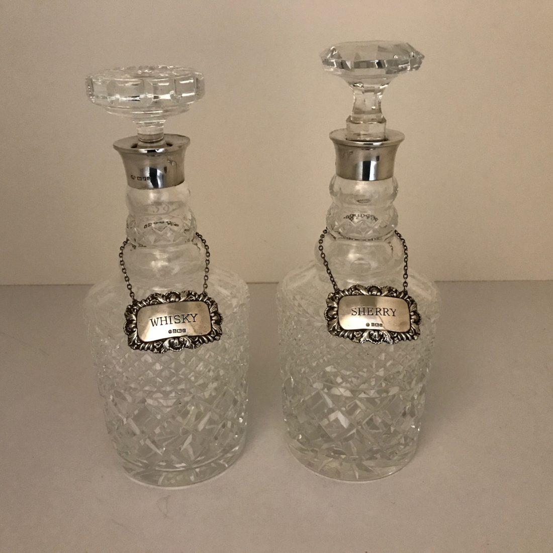 Een stel kristallen whisky karaffen met zilveren kraag, Engeland, eerste helft 20e eeuw