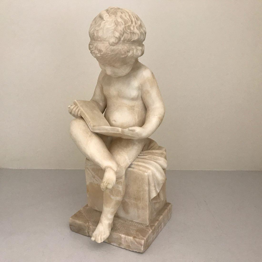 Albast beeld van dat jongetje die een boek leest, eind 19e eeuw