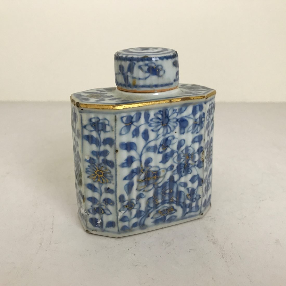Porseleinen theebus met het bijbehorende dopje, China, 18e eeuw