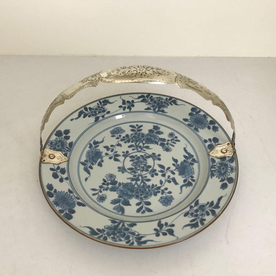 Blauw/wit porselein bord met zilveren beugel, China, 18e eeuw
