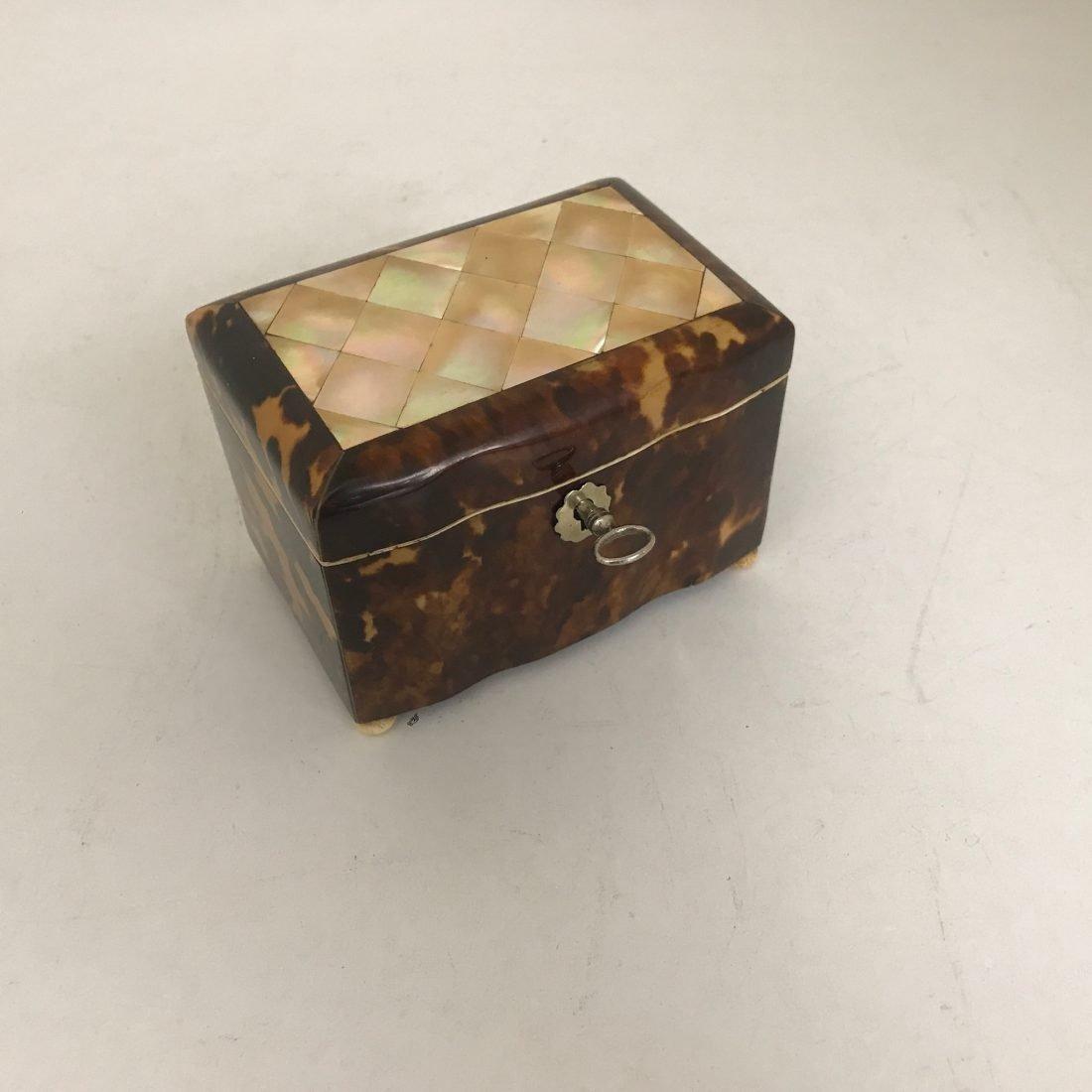 Antiek schildpad theedoosje met parelmoer inleg, 19e eeuw