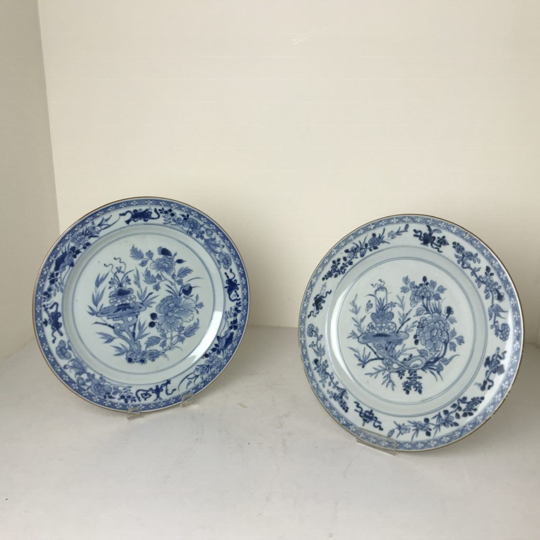 Een drietal grote blauw/wit porseleinen borden, China, 18e eeuw