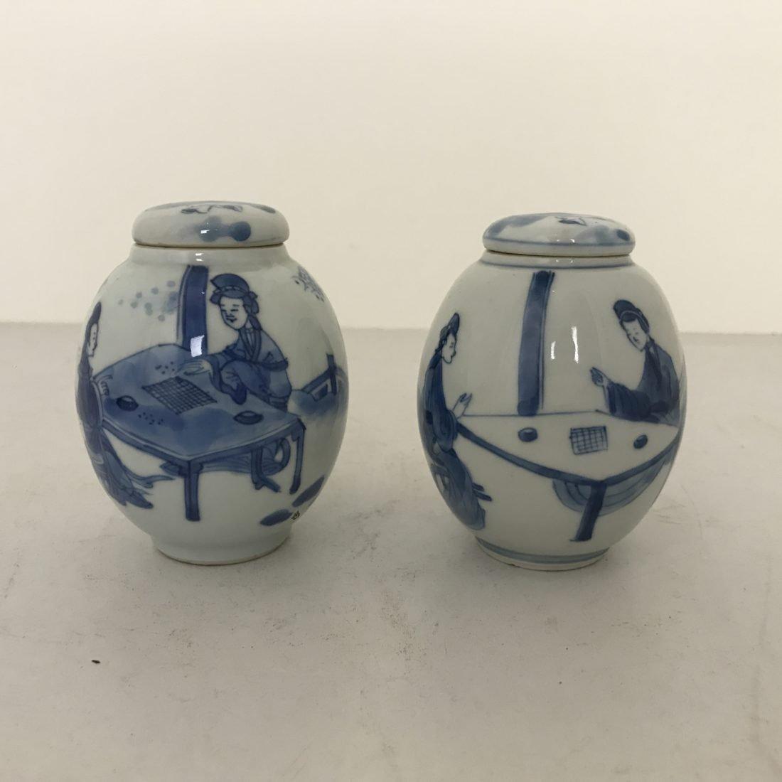 Twee Blauw wit porseleinen bolvormige theebussen met lange lijzen, China, begin 18e eeuw