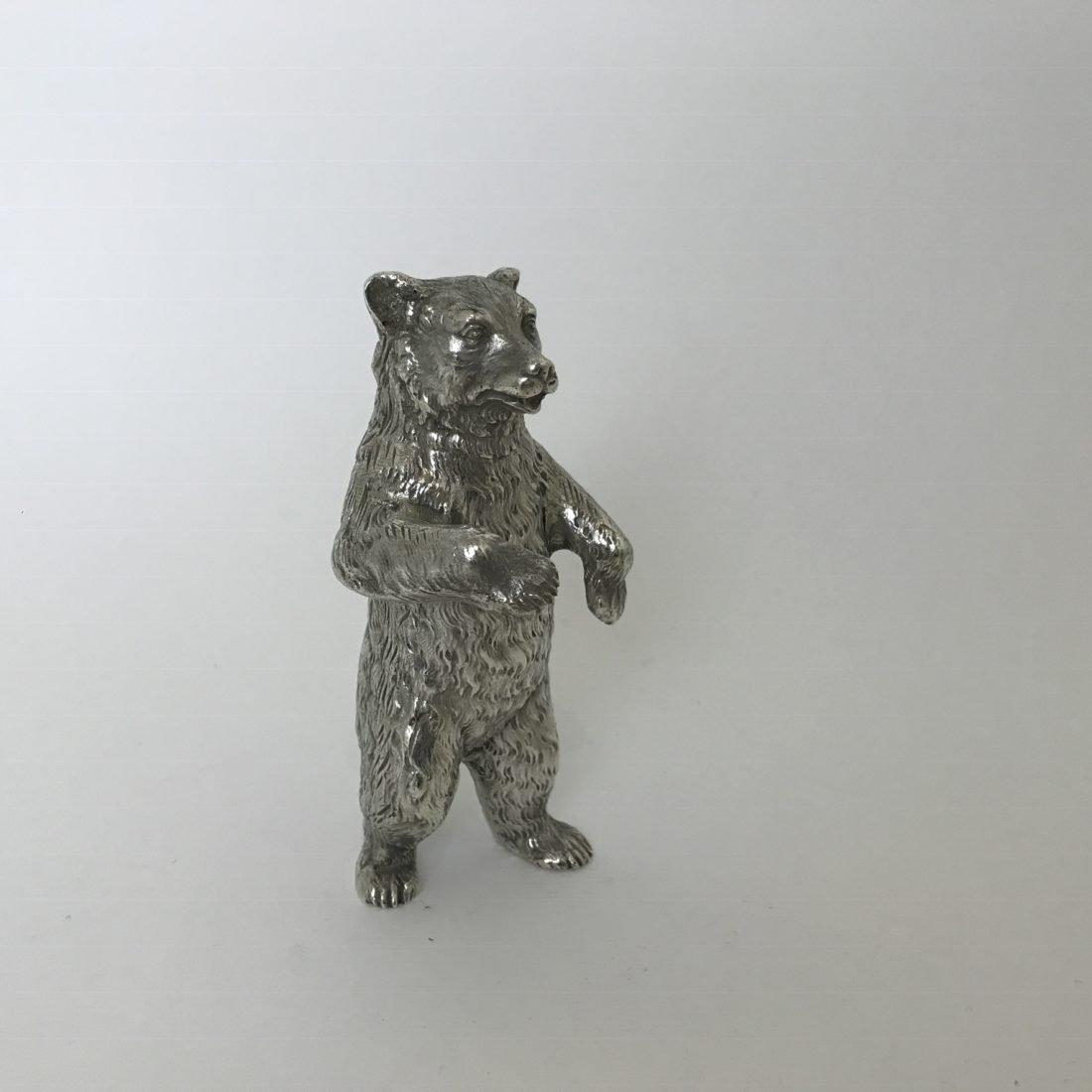 Een groot zilveren tafelstuk in de vorm van een rechtopstaande beer, Duitsland, tweede helft 20e eeuw