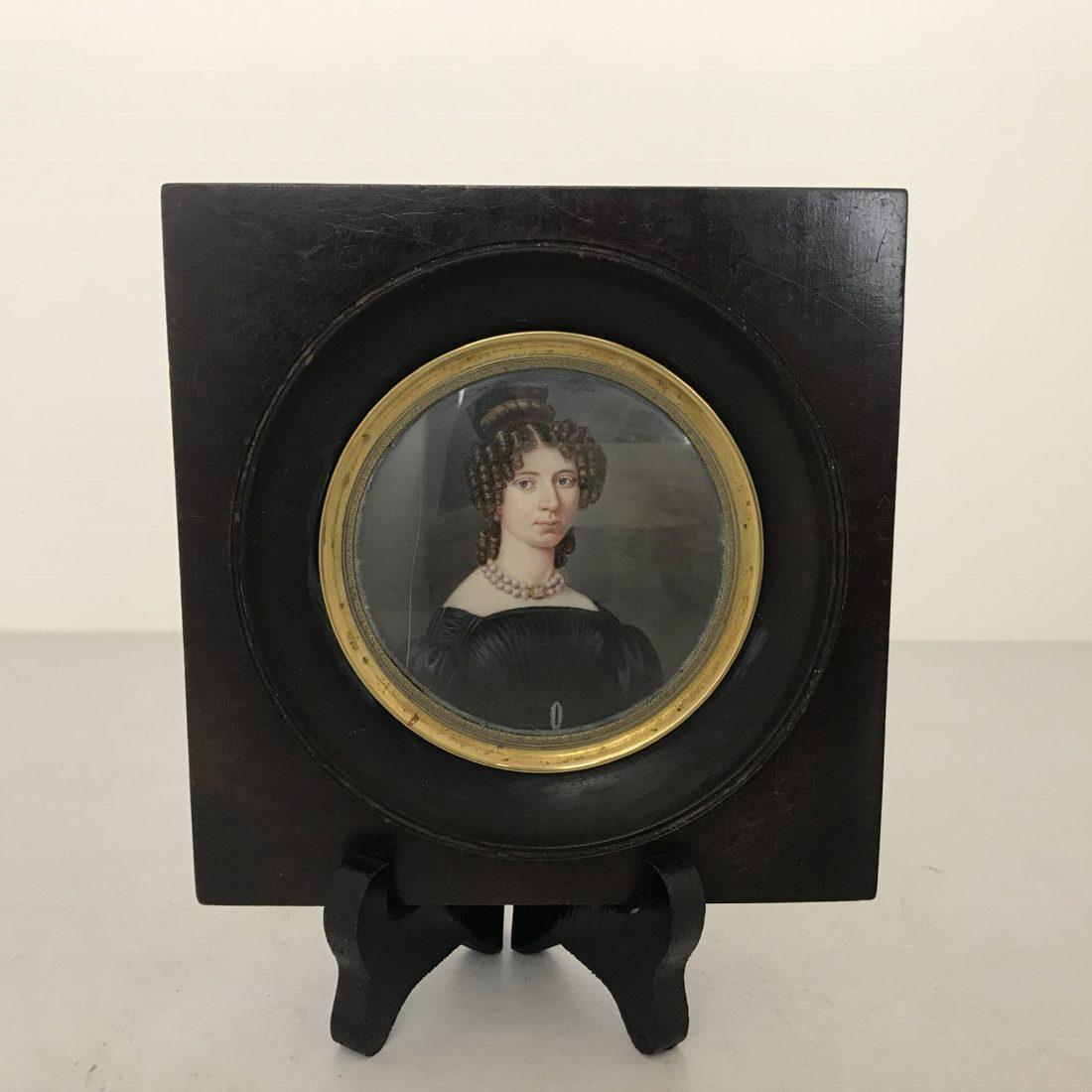 Portret miniatuur op ivoor geschilderd in zwart gelakt houten lijst, Frankrijk, 19e eeuw