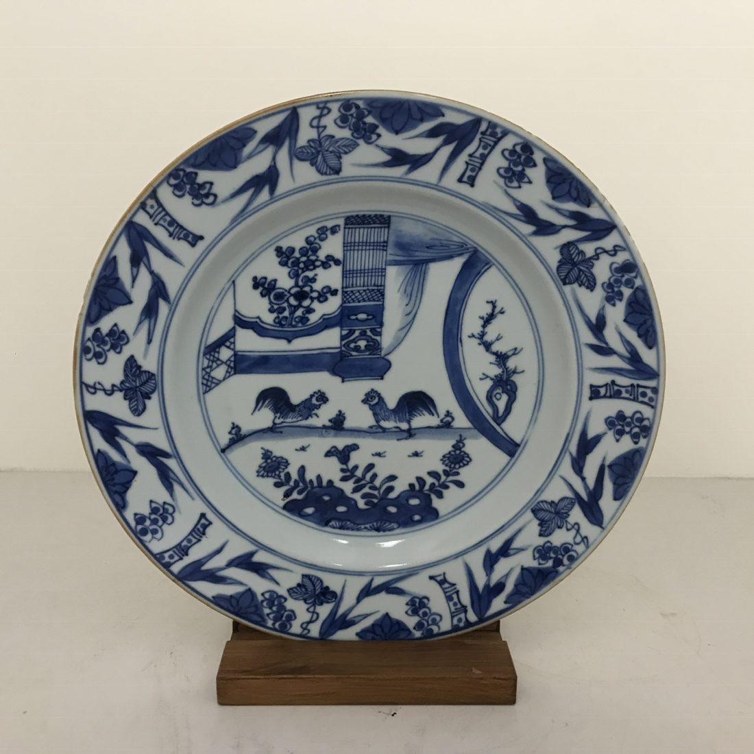 Blauw/wit porseleinen bord met twee hanen, China, 19e eeuw