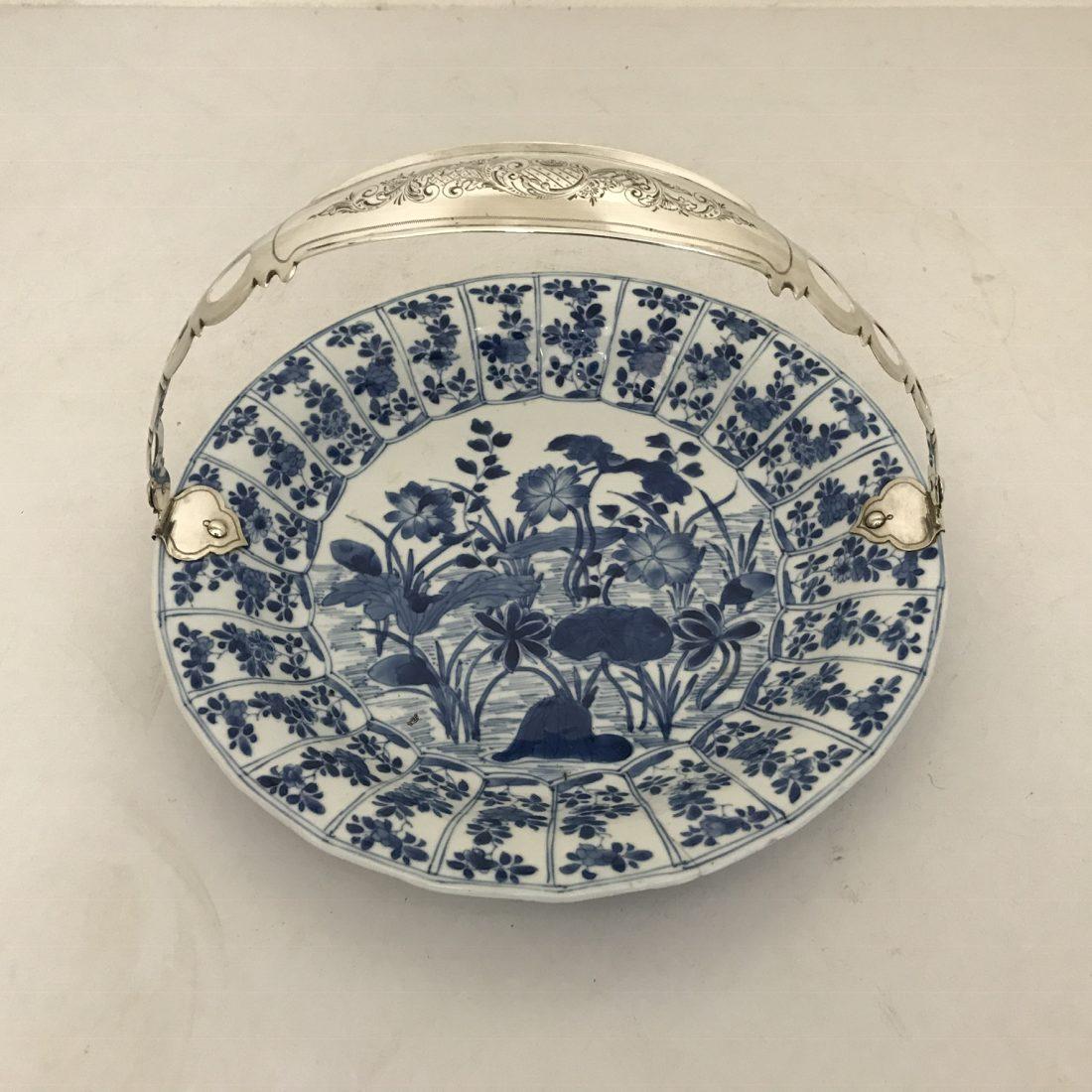 Blauw/wit porseleinen bord met zilveren beugel, China, Kangxi (1662-1722)