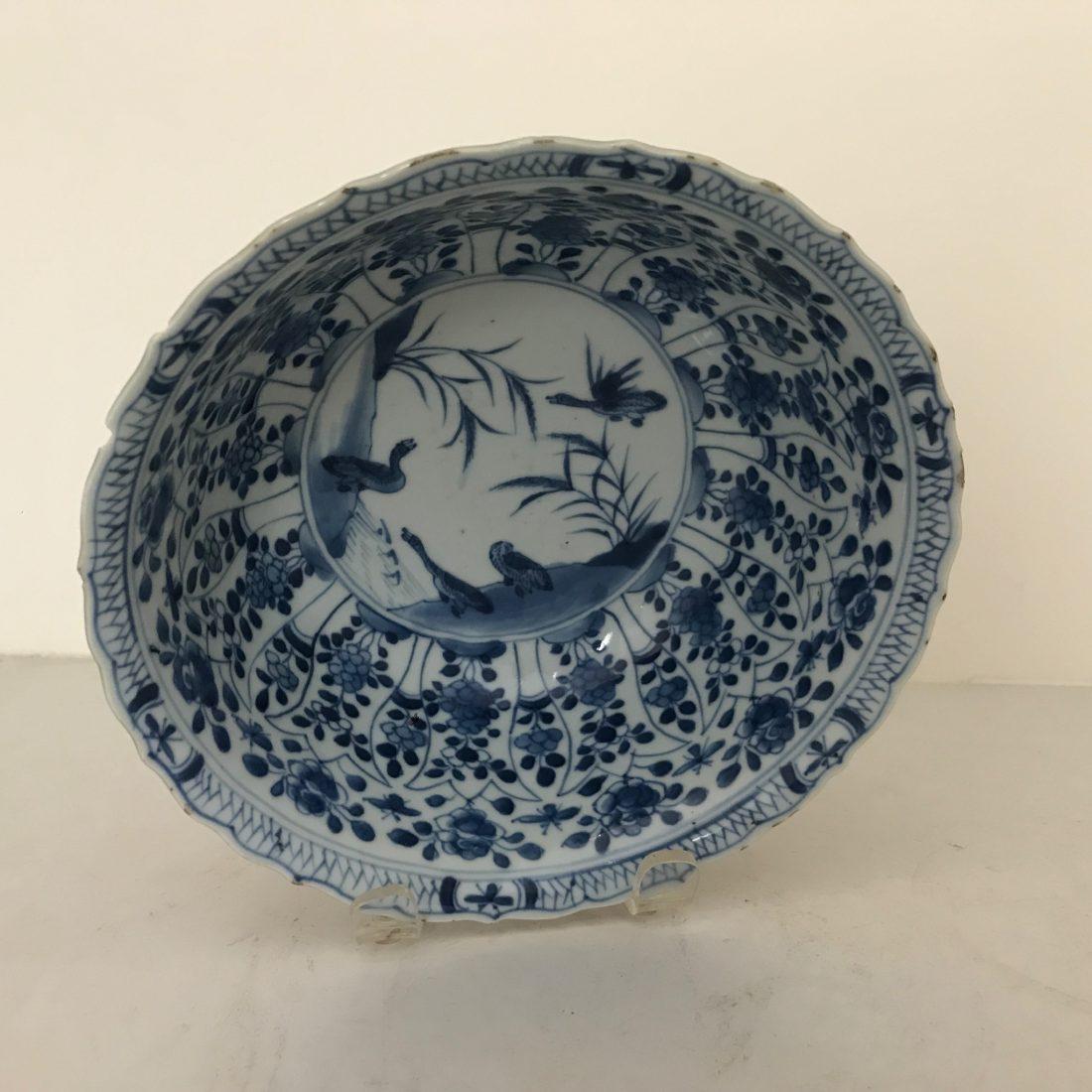 Een gekartelde blauw/wit porseleinen capucijner kom, China, ca. 1750