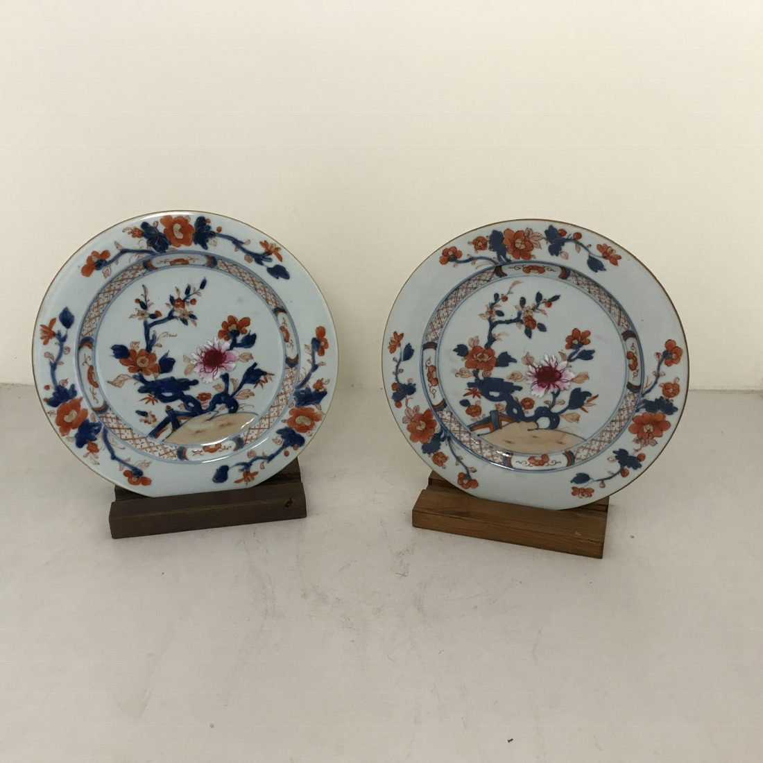 Twee Imari porseleinen borden, China, 18e eeuw