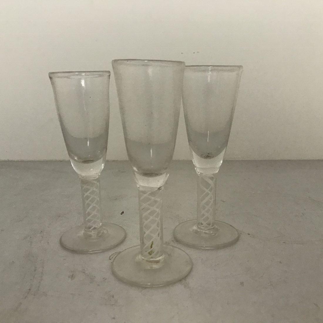 Een drietal glazen slingerglazen, Nederland, 18e eeuw