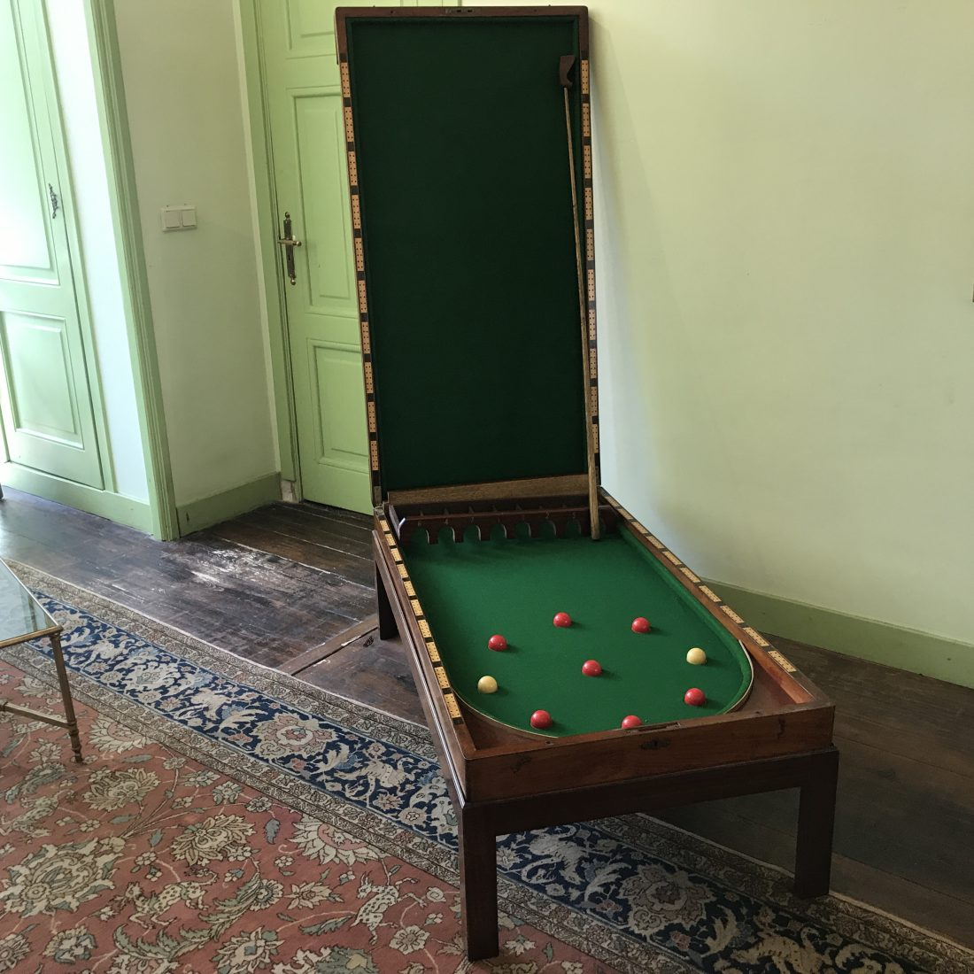Mahoniehouten Bagatelle spel op de bijbehorende standaard, Engeland, ca. 1850