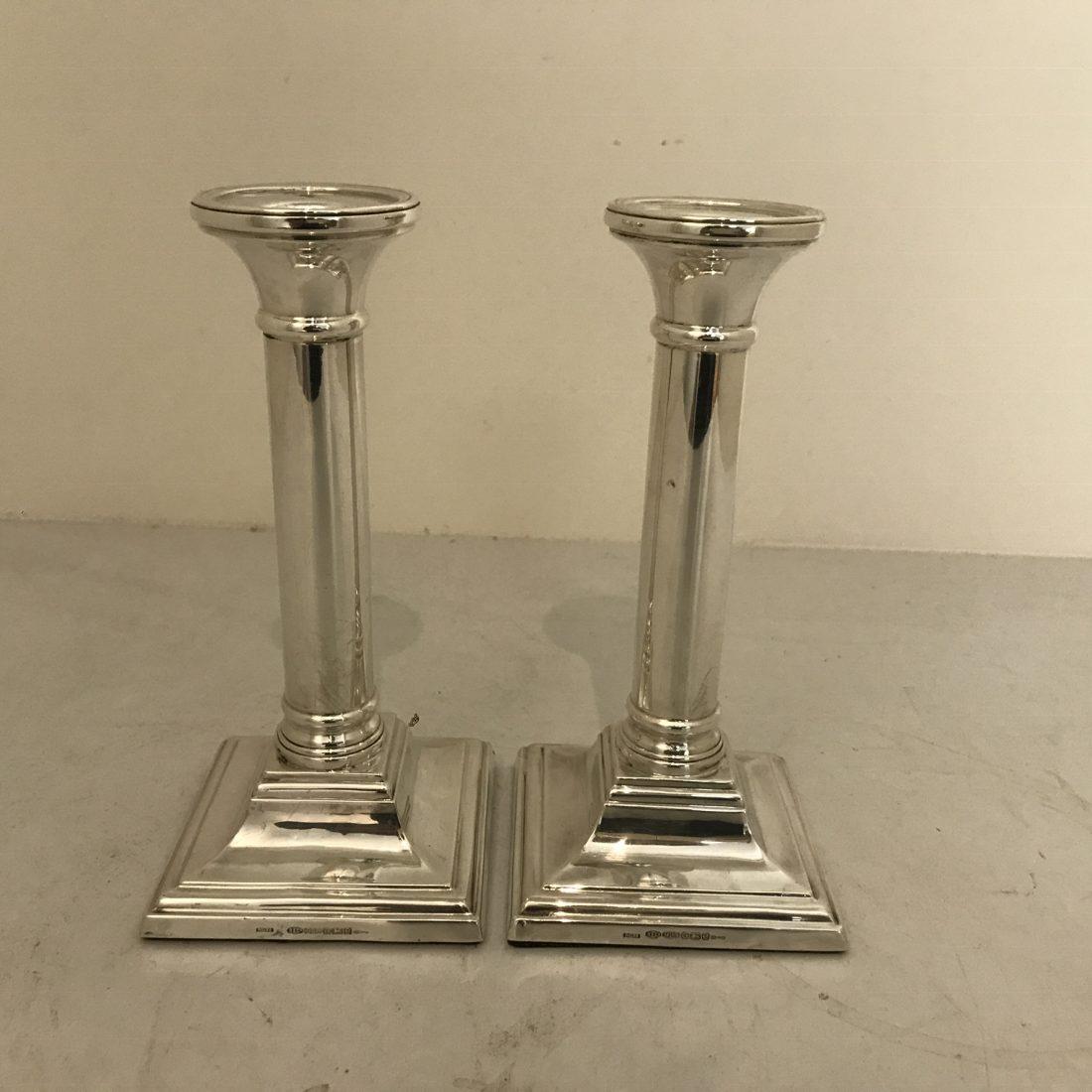 Een stel zilveren tafelkandelaars op vierkanten voet, Engeland, begin 20e eeuw