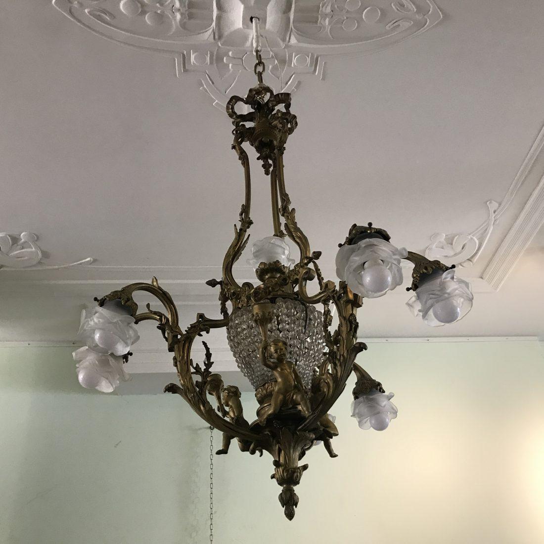 """Grote zware Bronzen zesarmige hanglamp met diverse Bronzen cupido""""s, Frankrijk, begin 20e eeuw"""