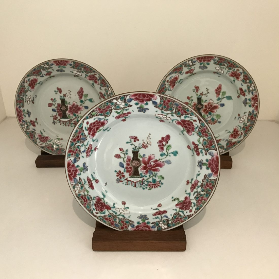 Famille rose porseleinen borden drie stuks, China, 18e eeuw
