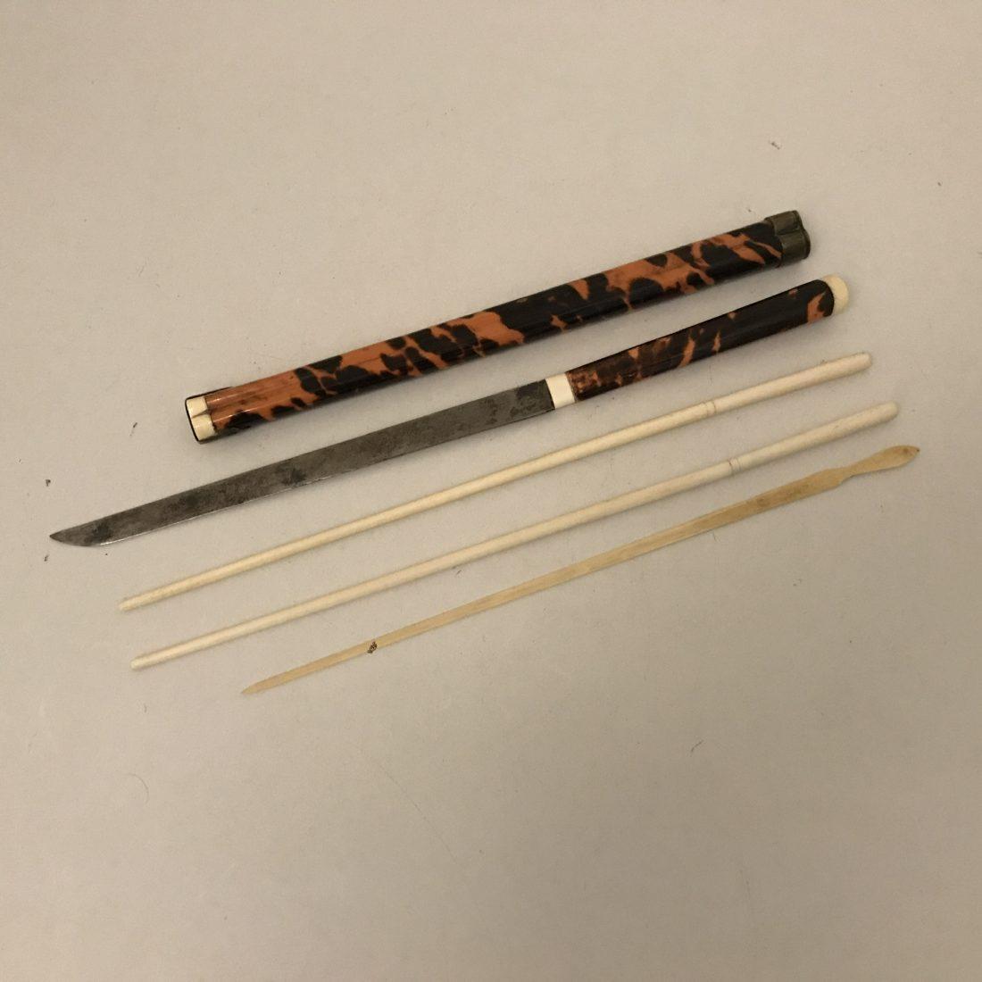 Ivoren chopsticks en mes in houder van schildpad, Japan, 19e eeuw