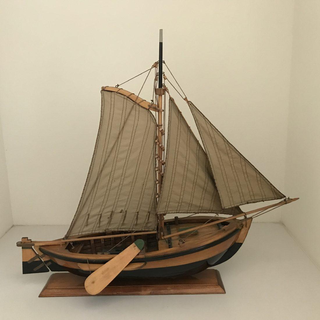 Mahoniehouten zeilboot met linnen mast, Nederland, begin 20e eeuw