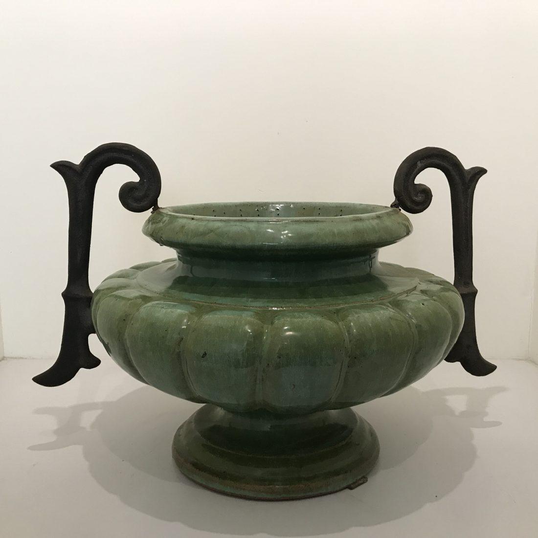 Een grote zware geglazuurde aardewerk pot met smeedijzeren handvaten, Frankrijk, midden 20e eeuw