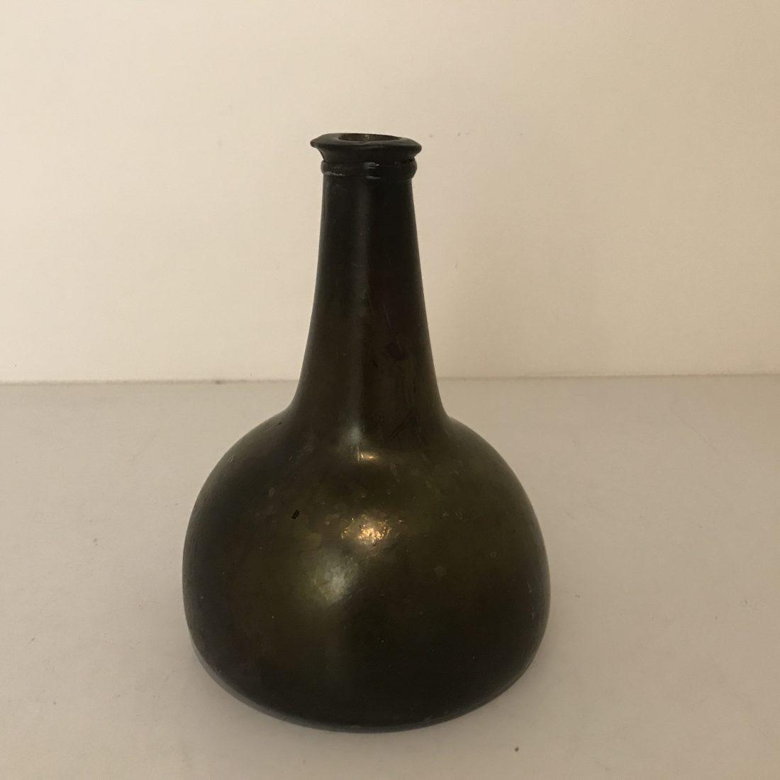 """Een groen glazen fles """"kattenkop"""", Nederland, 18e eeuw"""