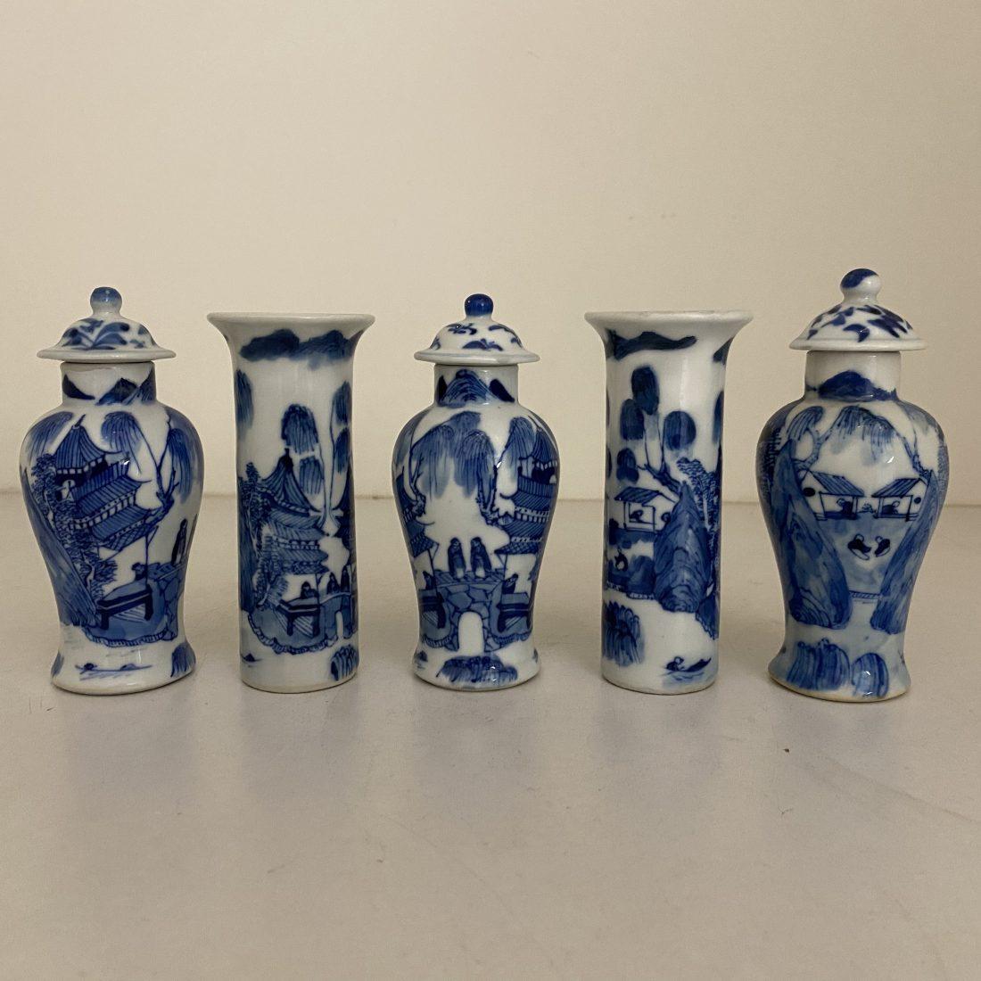 Een vijfdelig blauw/wit miniatuur porseleinen kaststelletje, China, Kangxi periode