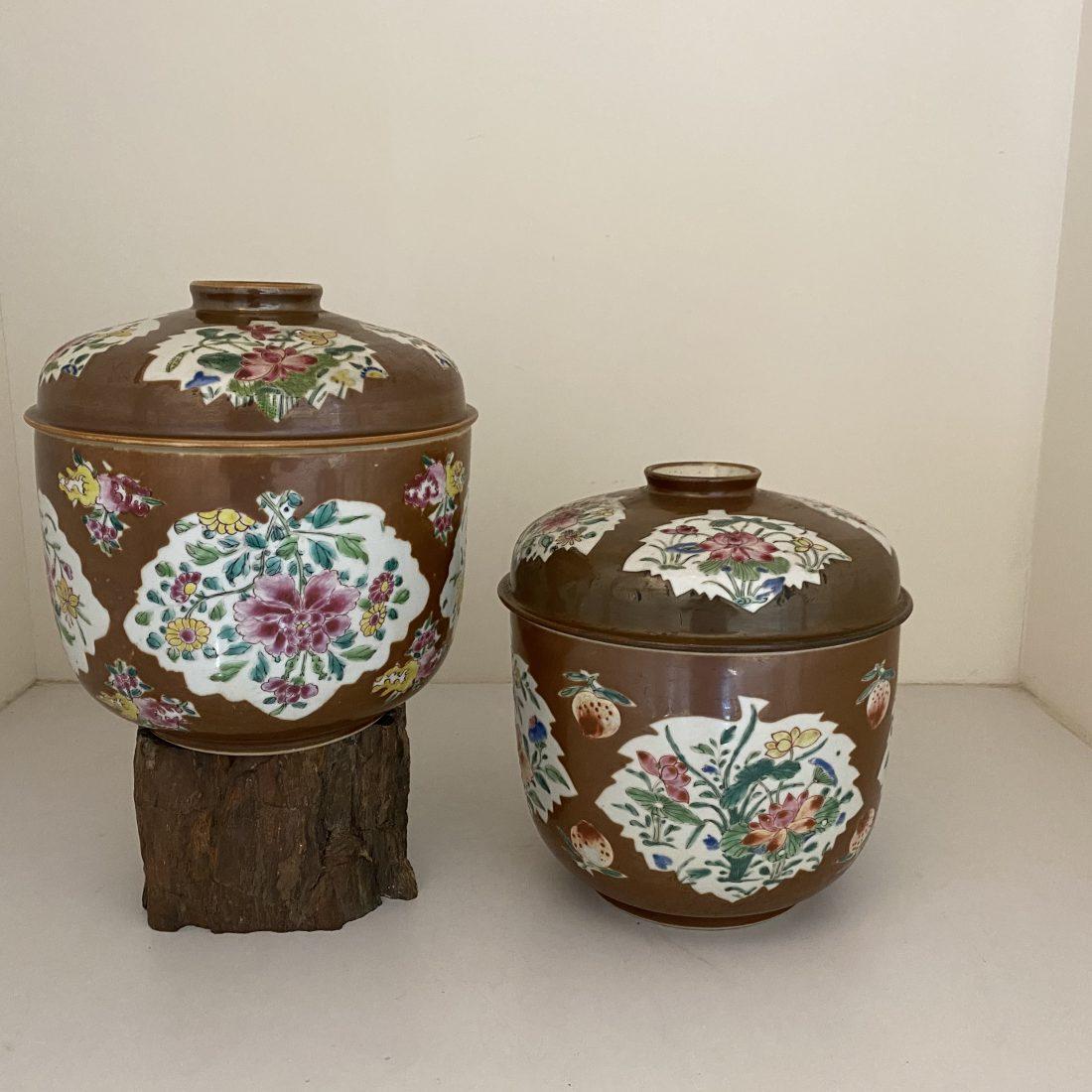 Een stel grote porseleinen kapucijner deksel potten, China, 18e eeuw