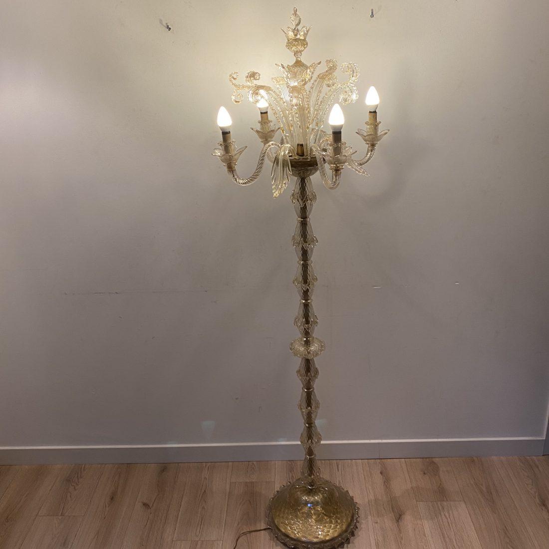 Een goud/witte grote vier-armige staande Murano lamp, Italië, jaren 60
