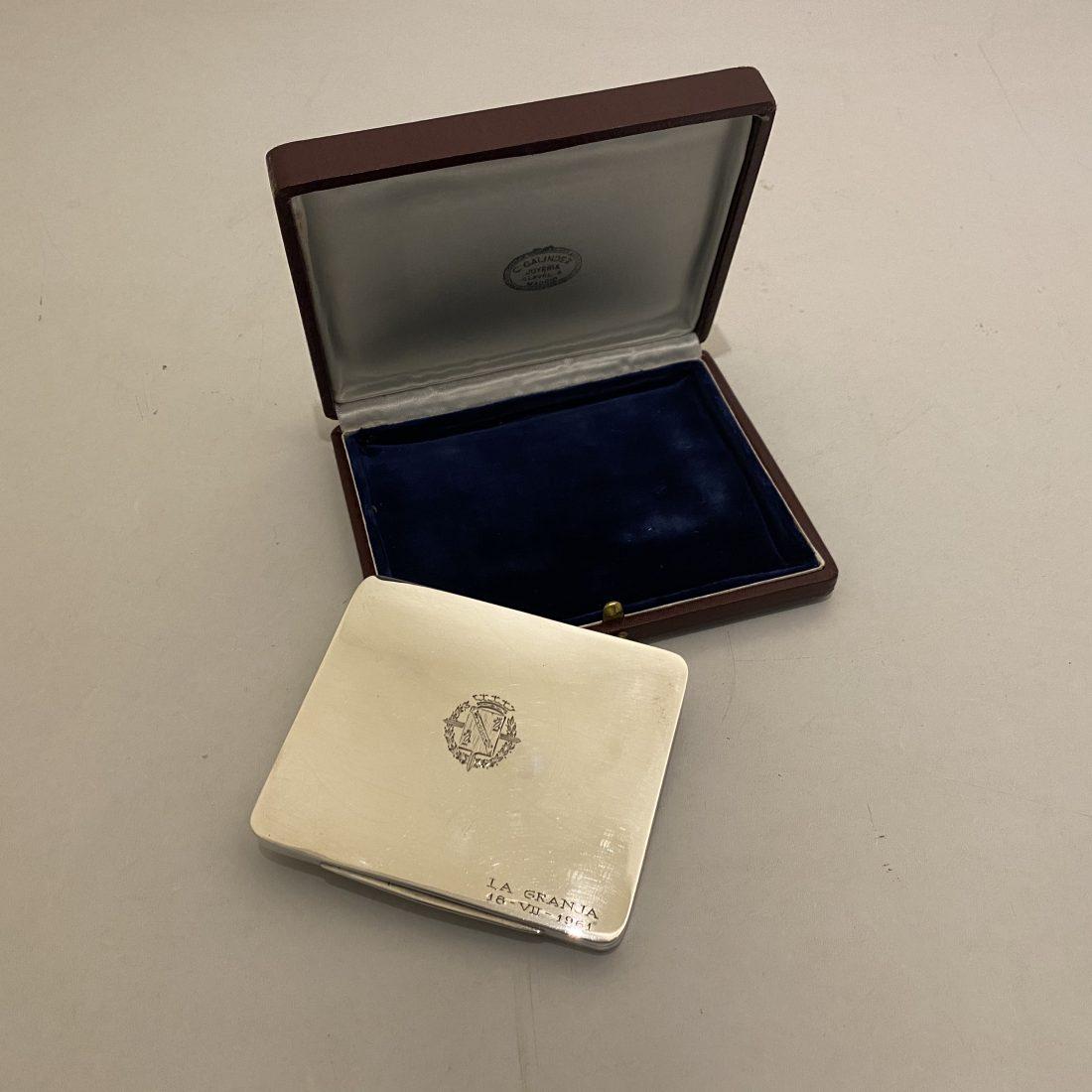 Een zilveren vergulde doos met het bijbehorende etui, Spanje, 1961