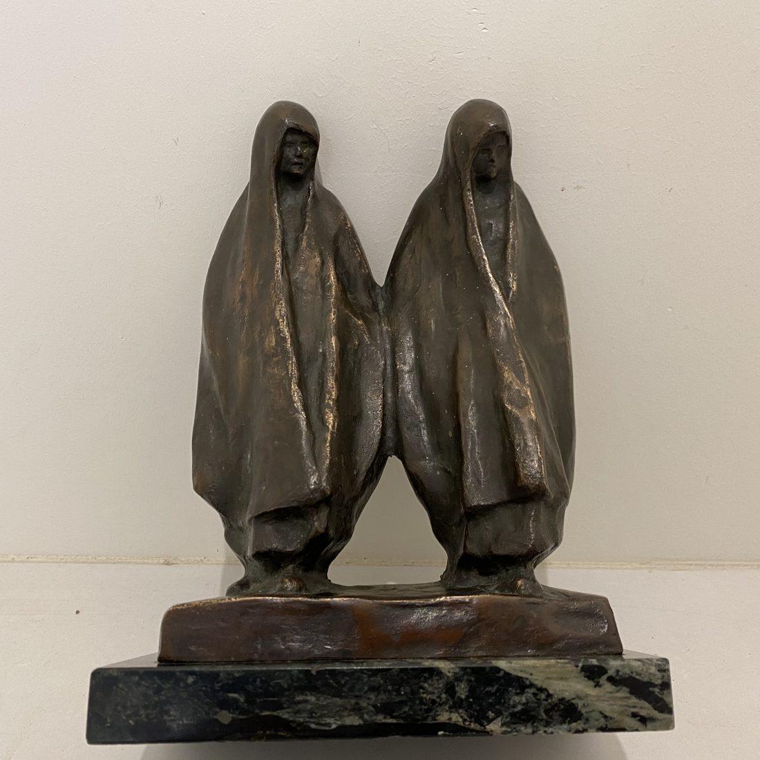 Bronzen beeld van twee figuren sluier gekleed, jaren 20
