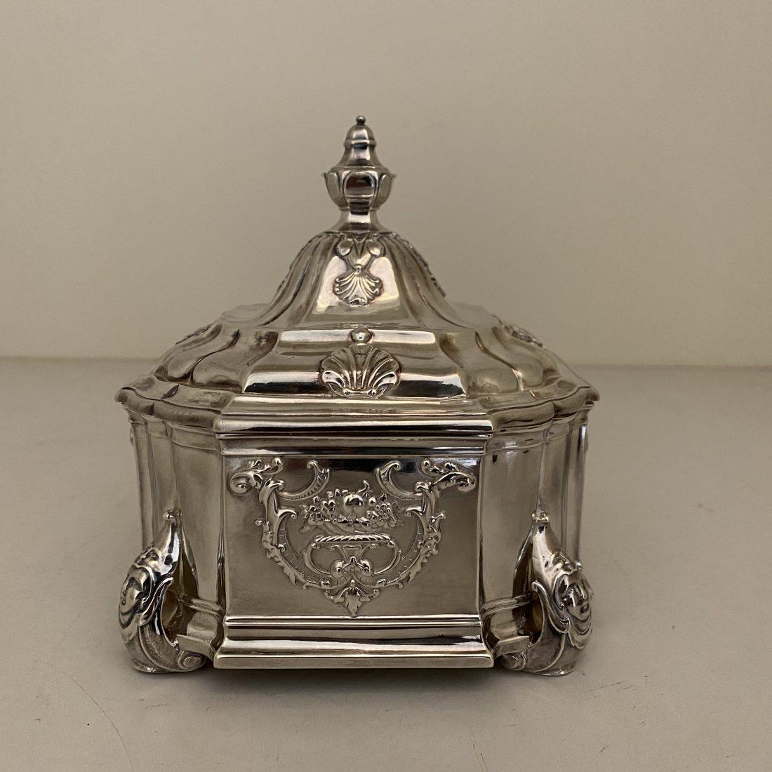 Een bewerkte zilveren tabakspot, Amsterdam, 1738