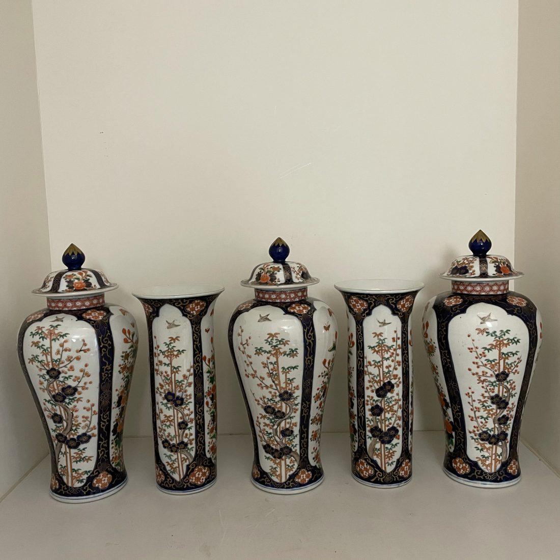 Een groot vijf-delig porseleinen kaststel, Japan, midden 19e eeuw
