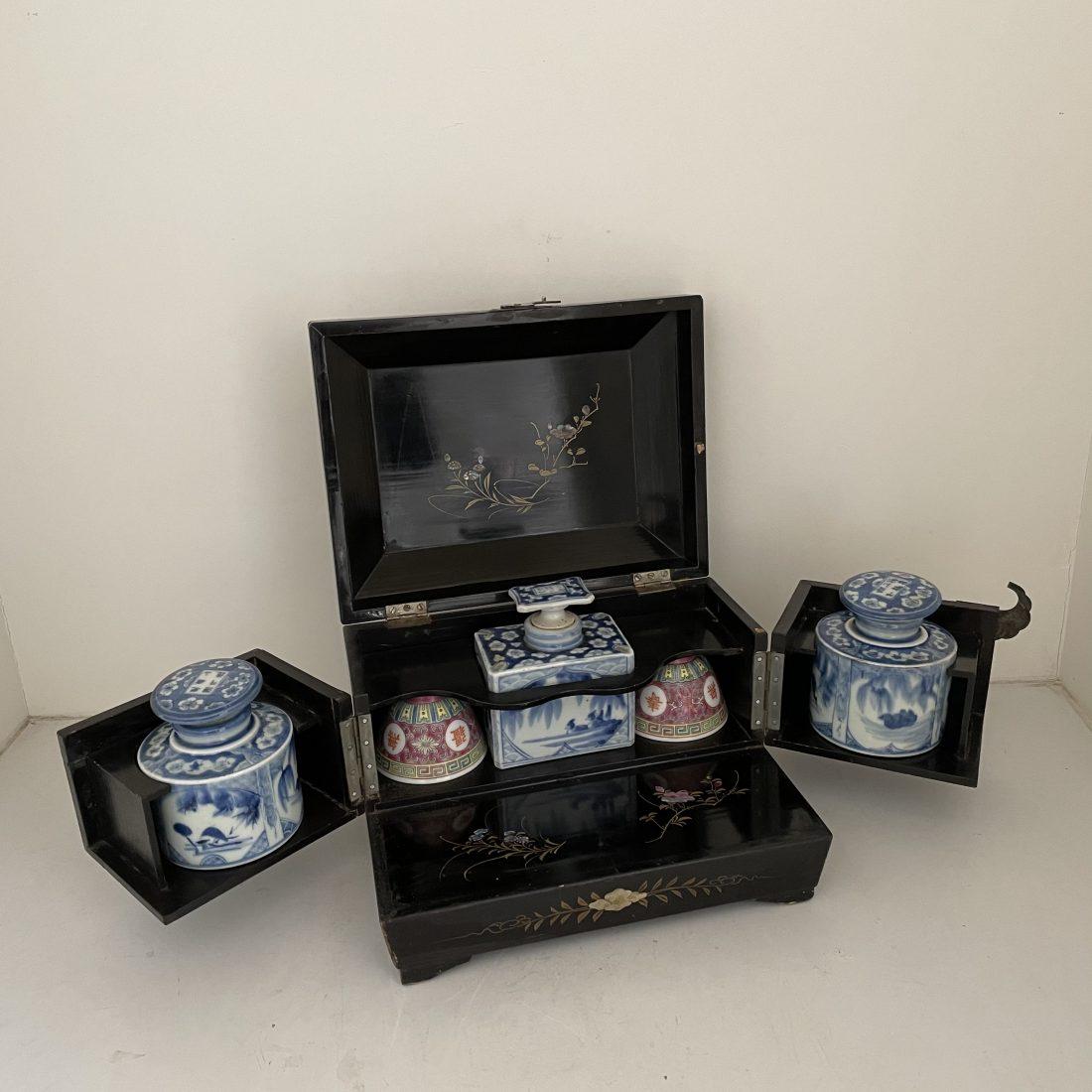 Een zwart gelakt houten kistje met 3 blauw/witte porseleinen theebussen, China, midden 19e eeuw