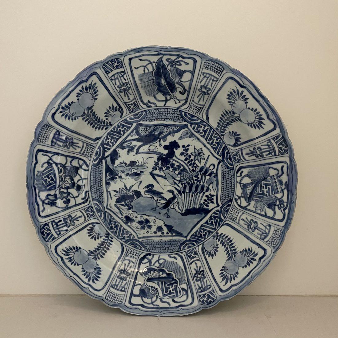 Wanli blauw/wit gegolfd porseleinen schotel, China, 17e eeuw