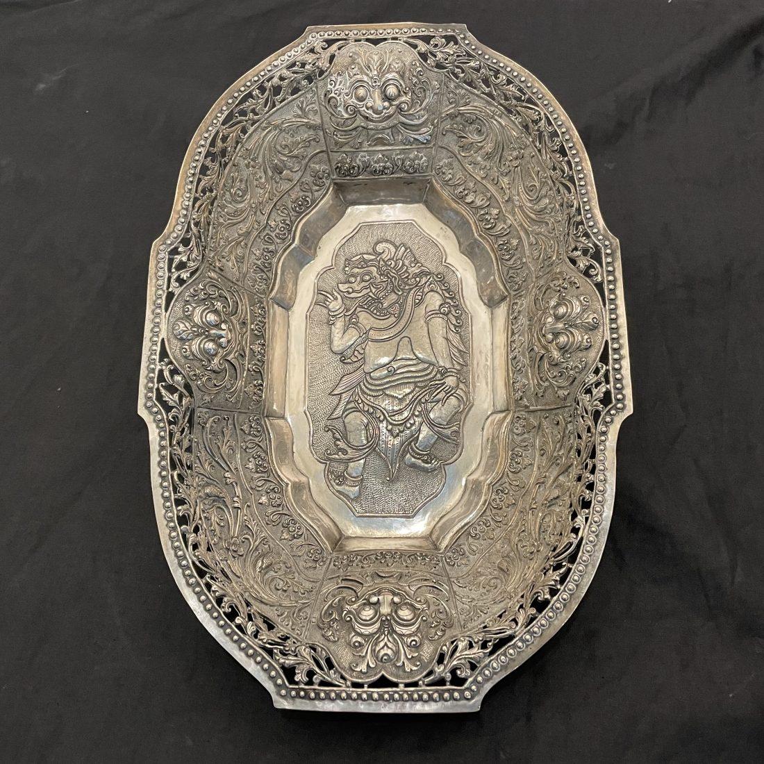 Balinees rijkelijk bewerkte zilveren langwerpige broodmand, 19e eeuw