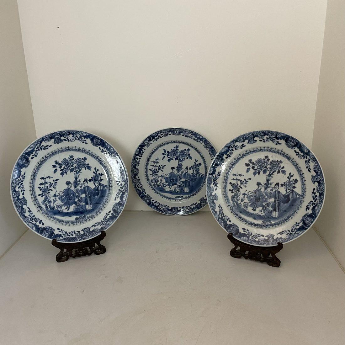 Blauw/wit porselein, 3 borden met twee dames en een baby in een tuin, Qianlong (1736-1795)