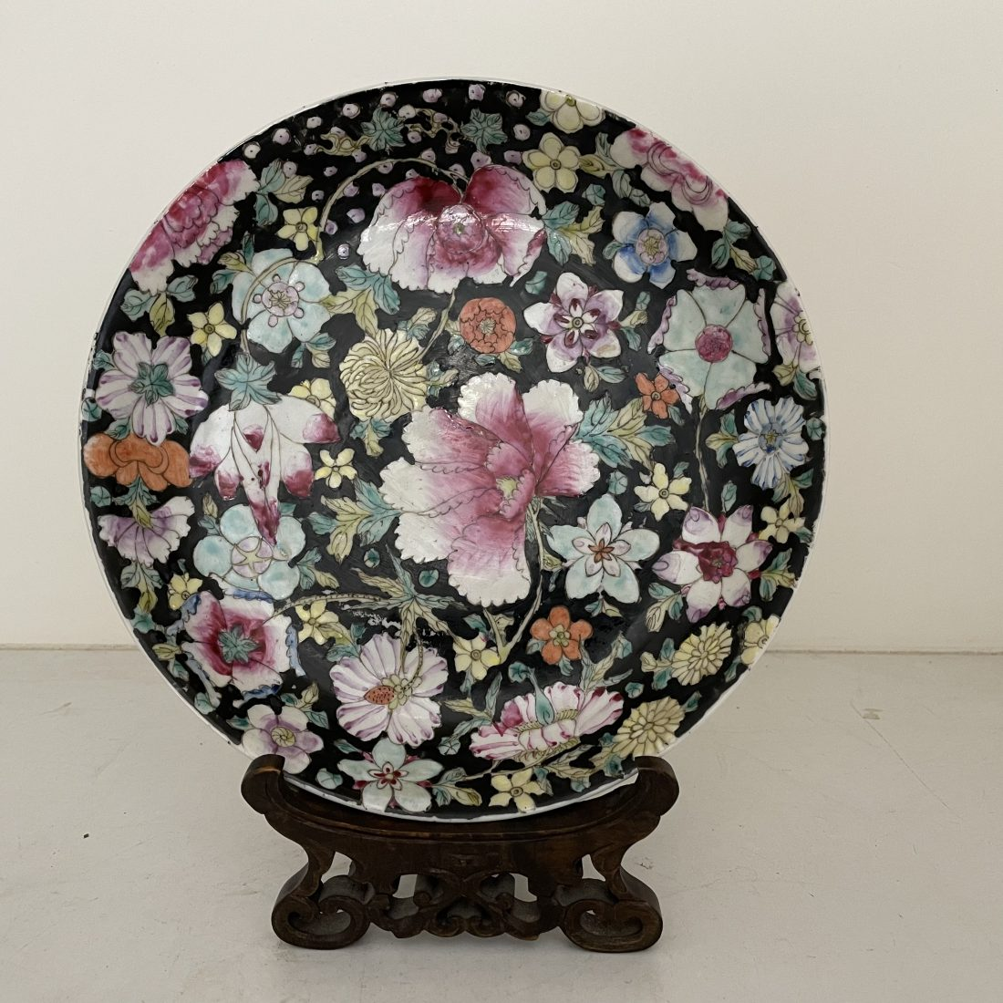 Qing Dynasty famille noir mille fleurs plate, China, 19e eeuw