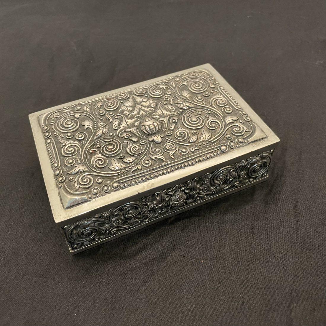Djokja zilveren sigarendoos met houten binnenbak, eind 19e eeuw