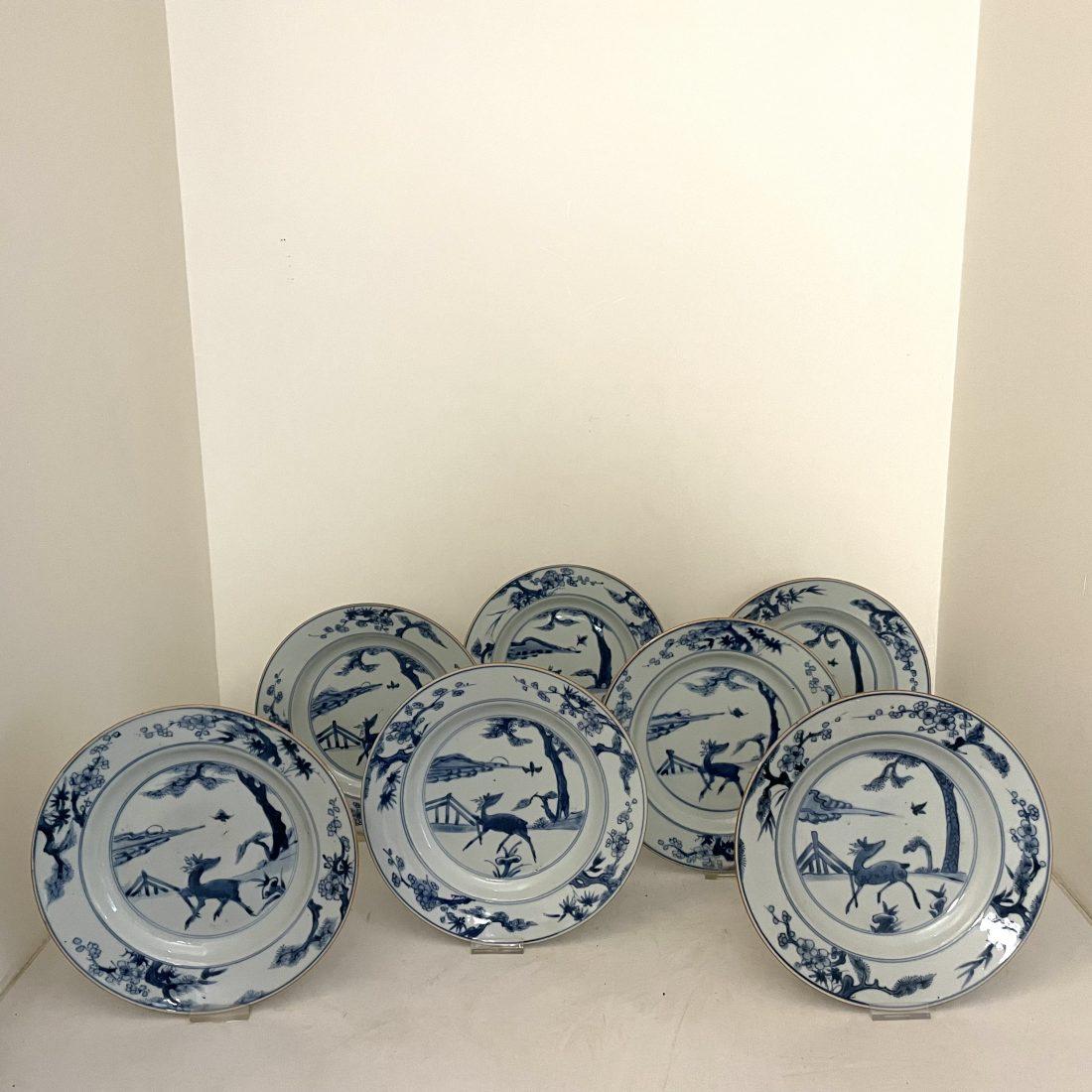 Een zeven-tal porseleinen borden met een staand hertje, China, 18e eeuw